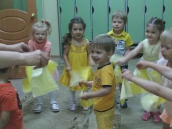 Второй день начался с зарядки с желтыми платочками.